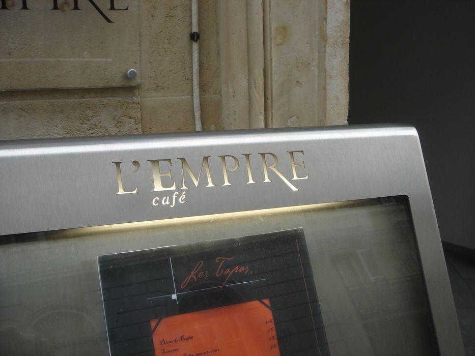 A porte menus sur pied tendance 4 x a4 2 x a5 en laiton for Porte menu exterieur restaurant